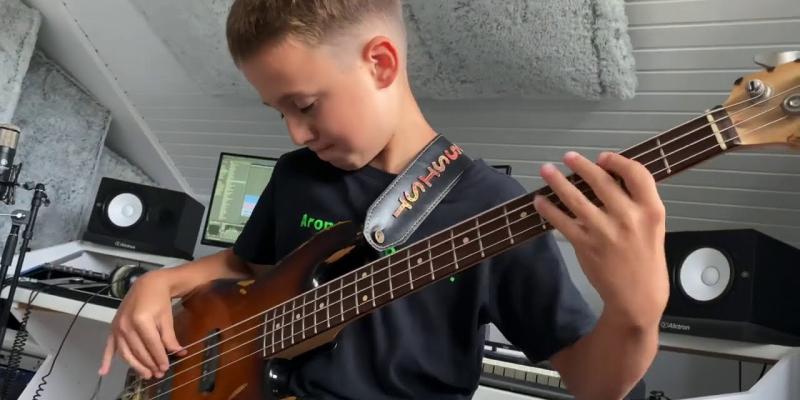 Aron, 9 ans, le bassiste