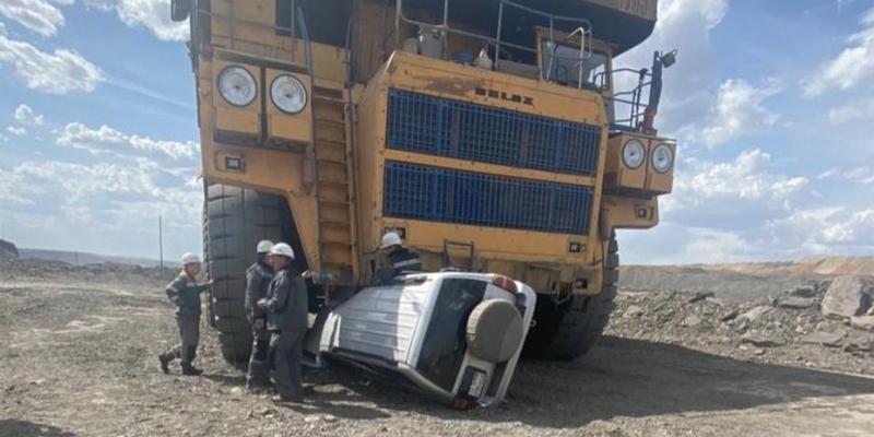 Quand le conducteur du camion géant ne voit pas la voiture, c'est le drame