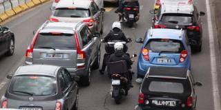 Motos, scooters : circuler entre deux files, c'est de nouveau interdit