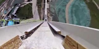 Ils testent le toboggan aquatique le plus haut du monde