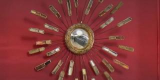 Affaire conclue : elle achète un miroir à 150 € dans un vide-grenier, c'est en réalité un trésor qui vaut une fortune… Plus de 120 000 €